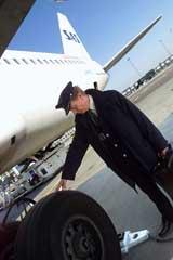 SAS-kapteiner går inspeksjonsrunde rundt flyene før avgang. (Foto: SAS)