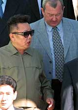 Kim Jong-il slo av en prat med Vladimir Putins representant i Sibir, Konstantin Pulikovsky (høyre) da han ankom Omsk tirsdag 31. 2001. (Foto: Scanpix/EPA)