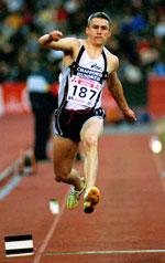 Jonathan Edwards får hard konkurranse av svenskenes Christian Olsson.