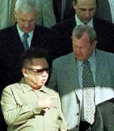 Kim Jong-Il (venstre) gjorde sitt lengste stopp hittil på sin tidagersreise, da han tok en 24-timers pause i Omsk. Her i samtale med russiske representanter (Foto: Scanpix/AP).