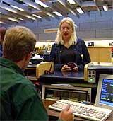 Bankkunde Trine Nygård måtte dra innom Sparebanken Pluss i Kristiansand da kontofonen og nettbanken ikke lenger virket. (Foto: NRK)