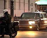Diktatoren forlot jernbanestasjonen i en kortesje på 20 biler og flere motorsykler. (Foto: Reuters)