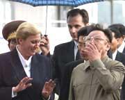 Kim Jong-Il fikk omvisning med guide på en festning i St Petersburg i går (Foto: EPA/Scanpix).