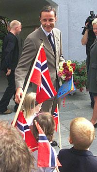 Kronprins Haakon besøkte Trondhjems Hospital på sin tur i Trondheim tirsdag. Her hilser han på barn fra Løkkan Barnehage i Trondheim. Foto: Scanpix