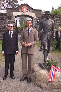 Kronprins Haakon hilser på krigsveteranene sammen med Ørnulf Alstad ( til venstre ) i Hegraforeningen 1940 ved inngangen på Hegra Festning tirsdag. Foto: Scanpix