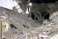 Politistasjonen i Ramallah lå i grus etter at israelske F-16 fly hadde skutt på den med to raketter. (Foto:Reuters)