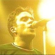 Robbie Williams henter inn hjelp i ny video.