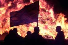 Scener som denne har det vært for mange av i Nord-Irland. Regjeringen håper på en snarlig løsning.(Foto: Scanpix)