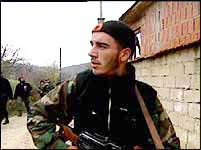 Albanske geriljasoldater vil nødig gi slipp på våpnene sine.