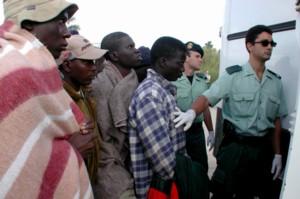 Guardia Civil stanser ulovlige imigranter (R Perales/AP)