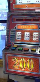 Du kan ikke bare tippe på spilleautomater... Foto: NRK