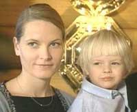 Mette-Marit og lille Marius på Frognerseteren julen 2000. Foto: NRK