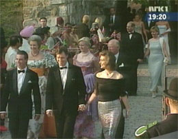 Den greske kongefamilien ankommer Akershus, bak kommer prins Edward og Sophie Rhys-Jones.