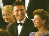 Mette-Marit, statsministeren og dronningen humrer over kronprinsens tale. (Foto: NRK)