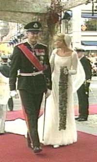 Brudeparet på vei inn i domkirken. (Foto: NRK)