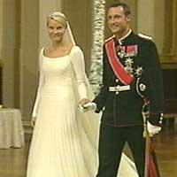 Haakon og Mette-Marit kommer til Middagen på Slottet. Foto: NRK