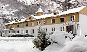 Den gamle hovudbygningen på Sogn Jord- og Hagebruksskule. (Foto: NRK)