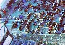 """I august nektet Australia 430 flyktninger fra det norske lasteskipet """"Tampa"""" å komme i land."""