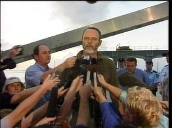 """Ambassadør Ove Thorsheim møtte flyktningane om bord i """"Tampa"""" i dag. Etterpå møtte han det internasjonale pressekorpset. (EBU-foto)"""