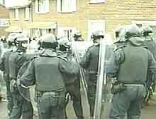 Fire politimenn ble skadet da en bombe ble kastet mot dem i Belfast. (Foto: EBU)