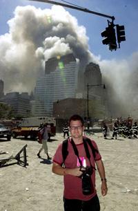 VG-fotograf Thomas Andreassen tok dette bildet av seg selv like etter at de andre av tårnene på World Trade Center kollapset tirsdag ettermiddag norsk tid. Foto: VG