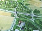 Stridens kjerne: E18 går på tvers i bildet. Dagens riksveg til venstre i bro over E18. Den foreslåtte riksvegen ligger til høyre nede i ravinedalen og i bro under E18.