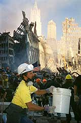 En redningsarbeider ved restene av World Trade Center i New York få dager etter terrorangrepet. (Foto: Scanpix/AP)
