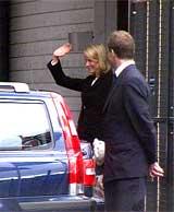 Kronprinsesse Mette-Marit vinket til pressen da kronprinsparet og hennes sønn Marius kom til Oslo søndag. (Foto: NRK)