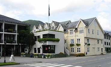 Raftevolds hotell ligg like ved hovedvegen gjennom Grodås. (Foto: Arild Nybø © 2001)