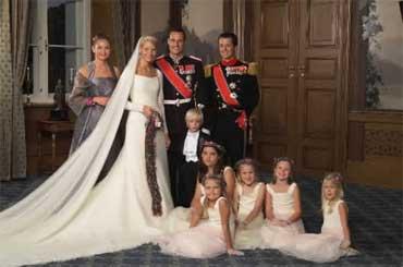 Brudeparet med forlovere og brudepiker/brudesvenner på Slottet etter vielsen