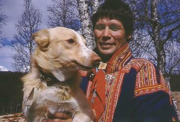 Ole Mathis Oskal og hunden Ronne, Rødbrun, ved Takvatn i Troms.