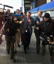 PUSTEPAUSE: Styreformann Harald Arnkværn i Kværner, her omgitt av pressefolk, har fått til en midlertidig løsning.