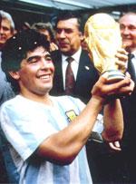 Diego Maradona i bedre dager -med VM-pokalen i 1986.