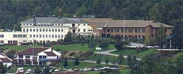 Nordfjord sjukehus har 23.000 kvadratmeter bygningsmasse. (Foto: Arild Nybø, NRK 2001)