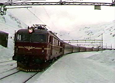 I dag går banen mellom Bergen og Oslo over Myrdal (biletet) og Finse. (Foto: NRK)