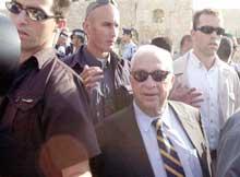 Ariel Sharon på vei fra Tempelhøyden etter å ha avlagt det kontroversielle besøket den 28. september 2000.
