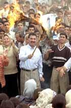Israelske flagg brennes under et folkemøte i Baghdad i dag. (Foto: Scanpix/AP)