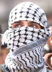 En ung palestiner demonstrerer i Ramallah på ettårsdagen for intifadaen. (Foto: Scanpix/AP)