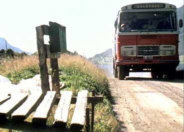 Bussruta i Redalen passerer mjølkerampe i 1976. (Foto: Arne Martin Kalstveit, NRK)
