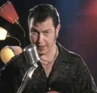 Denne mannen lærer deg å spille gitar.