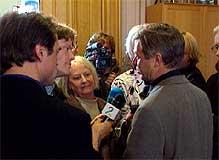 Kjell Magne Bondevik møter pressen. Foto: NRK