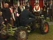 Kronprinsparet prøver hjemmelaget traktor i Surnadal. Foto: NRK