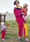 Jurij leker med barna