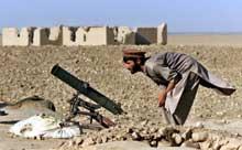 En soldat inspiserer våpenet sitt. (Foto: Scanpix/AP)