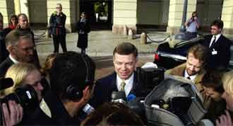 Påtroppende statsminister Kjell Magne Bondevik snakker med pressen etter møtet med kong Harald i dag. (Foto: Erlend Aas/Scanpix)
