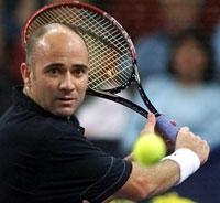 Veteranen Andre Agassi slo ut verdenseneren Hewitt.