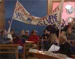 Elevene demonstrerte også inne i formannskapssalen der oppvekstkomiteen skulle samles til møte.