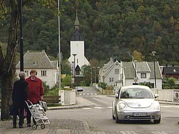 Høyanger kyrkje ligg i enden av vegen som går i rett line frå byporten i andre enden av sentrum. (Foto: Randi Indrebø, NRK 2001)