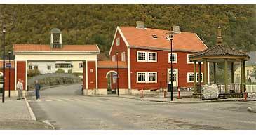 Den karakteristiske byporten og paviljongen sett frå Høyanger sentrum. (Foto: Randi Indrebø, NRK)