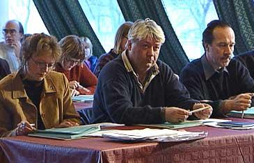 Møte i Høyanger kommunestyre på Øren hotell 19. desember 2000. (Foto: Heidi Lise Bakke, NRK)